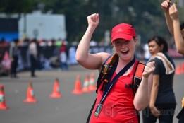 Salah seorang peserta asing yang telah menyelesaikan lomba terlihat antusias menyemangati pelari lain yang akan melintasi garis finish. (Foto: Fajrul Islam)