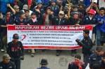 Para buruh longmarch menuju Istora Senayan sambil membawa spanduk tuntutan buruh. (Foto: Fajrul Islam)
