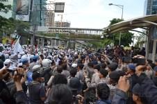Hampit terjadi bentrok antara masa FPI dan petugas keamanan di depan Kedubes Australia (22/11) Kuningan, Jakarta. (Foto: Fajrul Islam)