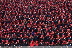 Barisan pengamanan buruh Garda Metal ketika longmarch menuju Istana Merdeka, Jakarta (1/5). (Foto: Pasha Aditia Febrian)