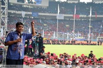 Said Iqbal, Ketua KSPI tengah memberikan orasi di depan ratusan ribu buruh di GBK, Senayan Jakarta (1/5). (Foto: Fajrul Islam/SuaraJakarta)