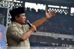 Prabowo tengah berorasi di depan ratusan ribu buruh yang berkumpul di GBK, Senayan, Jakarta (1/5). (Foto: Fajrul Islam)
