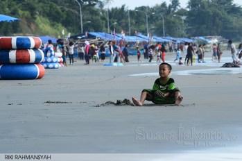 suara-jakarta-seorang-anak-kecil-sedang-asyik-bermain-pasir-dipantai-apalagi-Jika-Pantainya-Bersih-dari-sampah