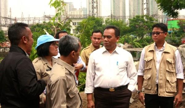 Walikota Jakarta Pusat, Saefullah bersama Dewan Kota Jakarta Pusat, Ardy Purnawan Sani meninjau lokasi jebolnya tanggul.