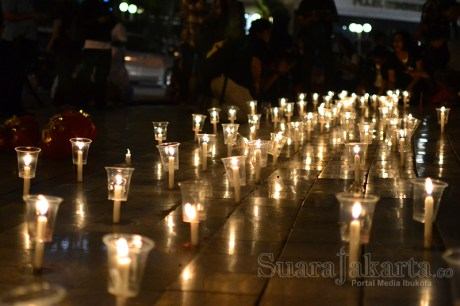 Aji Jakarta menyalahkan ratusan lilin di Bundaran HI sebagai bentuk duka cita atas kekerasan terhadap jurnalis di Jogja. (Foto: Fajrul Islam/SuaraJakarta)