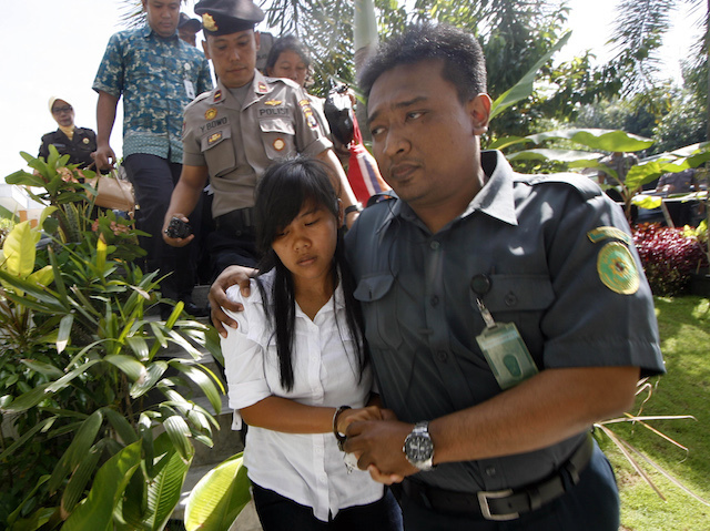 epa04645117 Philipino, Mary Jane Fiesta Veloso (C), 29 escorted by Indonesian officers during an appeal hearing in Yogyakarta, Indonesia on 03 March 2015. An Indonesian jugde sentenced to death Veloso after, as an alleged courier, she allegedly attempted to bring 2.622 kilograms of heroin into Indonesia in April 2010. (Photo: EPA/BIMO SATRIO)