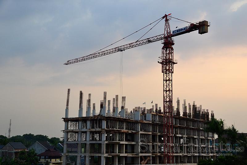 Pembangunan apartemen di Ulujami, Jakarta Selatan. (Foto: Fajrul Islam/SuaraJakarta)