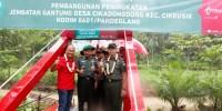 Telkomsel Serahkan Donasi CSR Pembangunan Jembatan Cikeusik