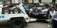 Terparkir Lima Hari di Depan Kantor Kecamatan Kemayoran, Honda CRV Ini Diderek Petugas