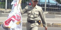 Tidak Berizin, Ratusan Bendera Parpol dan Komersil di Kemayoran Diturunkan Satpol PP