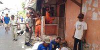 Petugas Bongkar 7 Bangunan Semi Permanen di Kemayoran