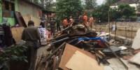 Petugas Tertibkan Bangunan Yang Ada di Lahan Milik Dinas Olahraga Provinsi DKI Jakarta
