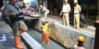 Petugas PPSU Bersihkan Sampah Rumah Tangga di Saluran PBH Kampung Rawa