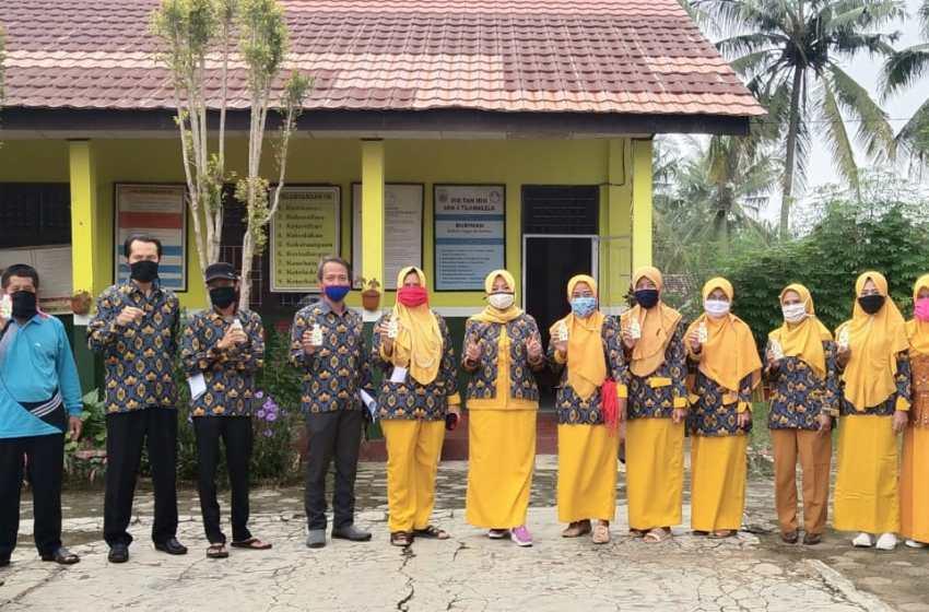 Bentuk Kepedulian Sekolah Kepada Masyarakat SDN 4 Desa Tajimalela Bagikan Masker Dan  Hand Sanitezer