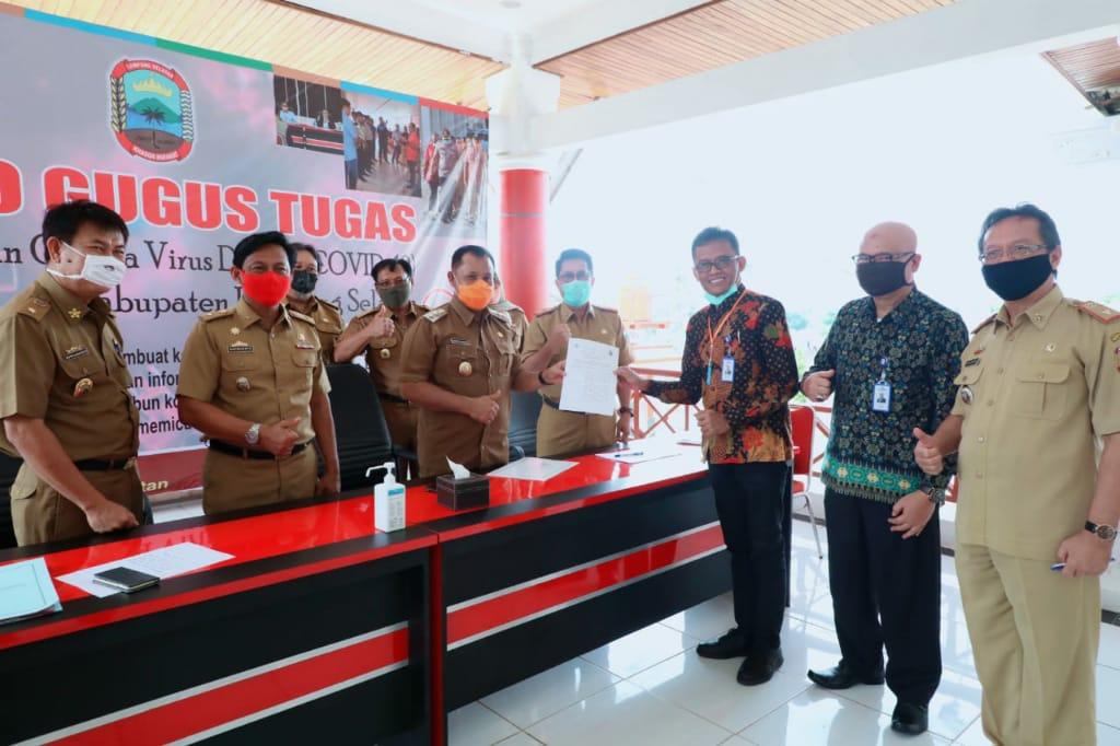 Serah terima MoU antara Plt Bupati Lampung Selatan, H. Nanang Ermanto dengan Kepala Kantor PT Taspen Cabang Bandar Lampung
