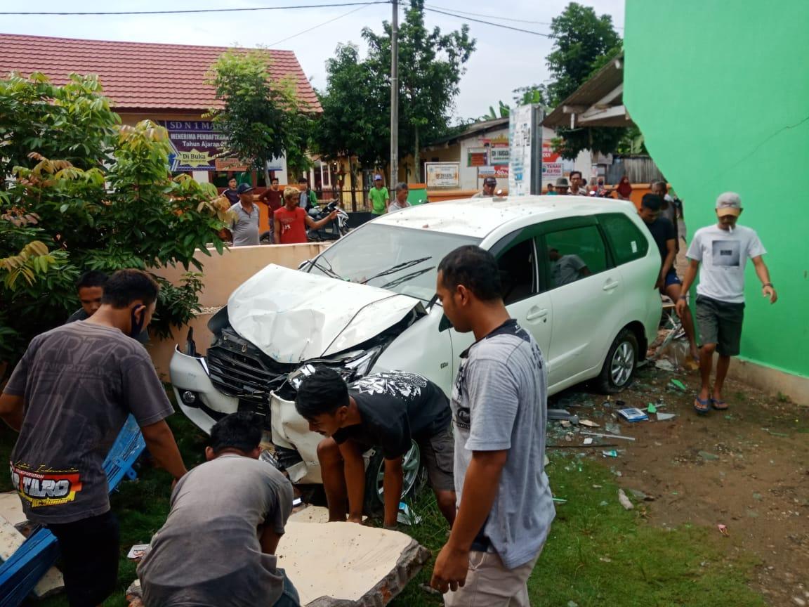 Di Jati Agung Mobil Hantam Warung Satu Korban Meninggal