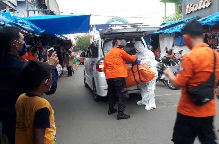 TRC Dari BPBD Bersama TGTPP Lampung Utara Evakuasi Mayat di Pasar Deko Secara Protokol Kesehatan