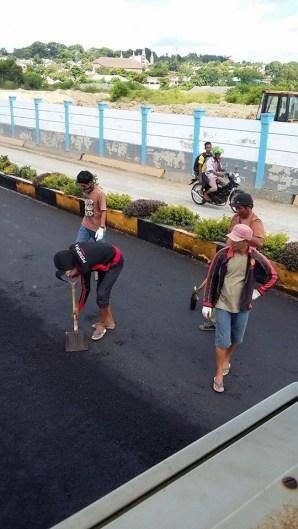 Pengaspalan jalan Pelabuhan Tutu Kembong Saumlaki. foto oleh onal mamele