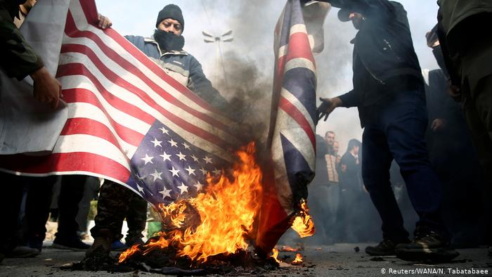 RAKYAT Iran membakar bendera dalam tunjuk perasaan membantah serangan Amerika Syarikat yang membunuh Jeneral Qassem Suleimani. - REUTERS