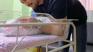 Photo of Saharul Ridzwan timang bayi perempuan