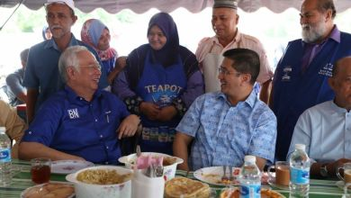 Photo of Foto Najib, Azmin ketawa, sarapan semeja jadi perhatian