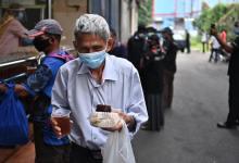 Photo of Agong sumbang makanan kepada gelandangan