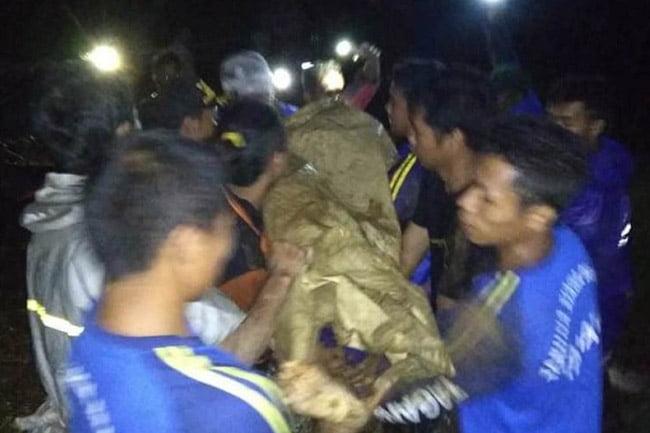 TNI, BPBD dan Tagana Evakuasi Korban Longsor di Watukumpul