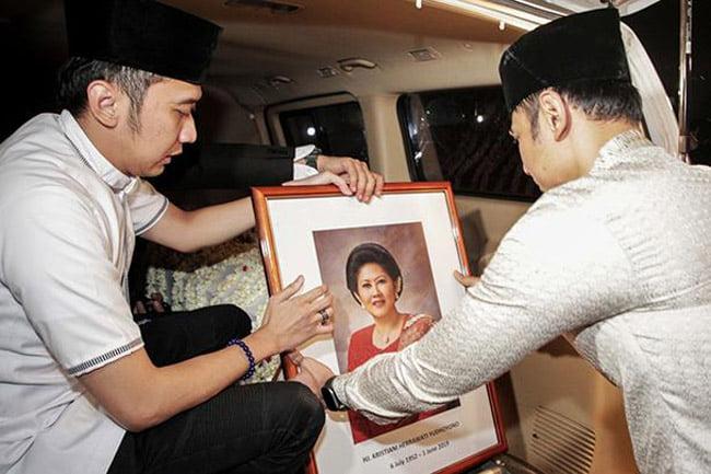 Rakyat Pertanyakan Kematian Bu Ani? Apa benar Bu Ani Yudhouono meninggal? Oleh: Muslim Arbi