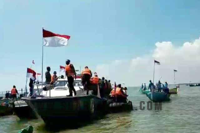 bendera di tengah laut