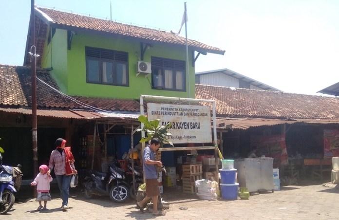 pedagang di luar pasar Kayen