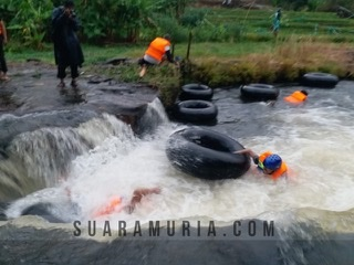 river tubing di sungai logung