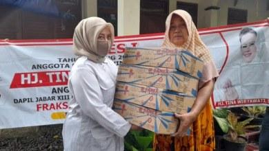 Photo of Reses Tina Wiryawati Salurkan Bantuan Kompor Warga Terdampak Banjir di Pangandaran