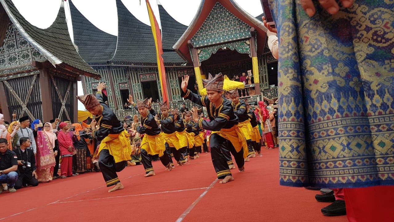 Ribuan Warga Minang Tumpah Saksikan Penobatan Sultan Pagaruyung