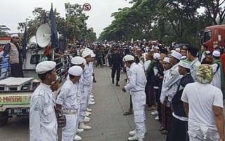 Habib Bahar Diperiksa, Massa FPI Beri Pengawalan