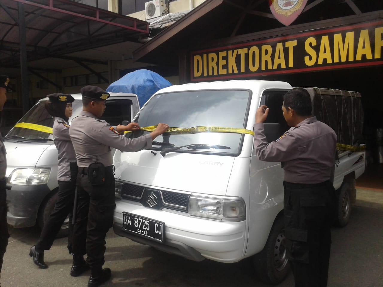 KEPERGOK – Mobil Melangsir BBM di SPBU Digiring Anggota Dit Samapta Polda Kalsel