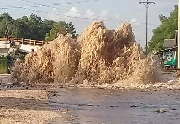 HEBOH! Pipa Ledeng Besar Bocor Hingga Semburkan Air Setinggi Rumah