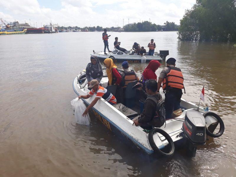Puluhan Ribu Bibit Ikan Ditabur Polisi Perairan dan Dinas Terkait Kota Banjarmasin