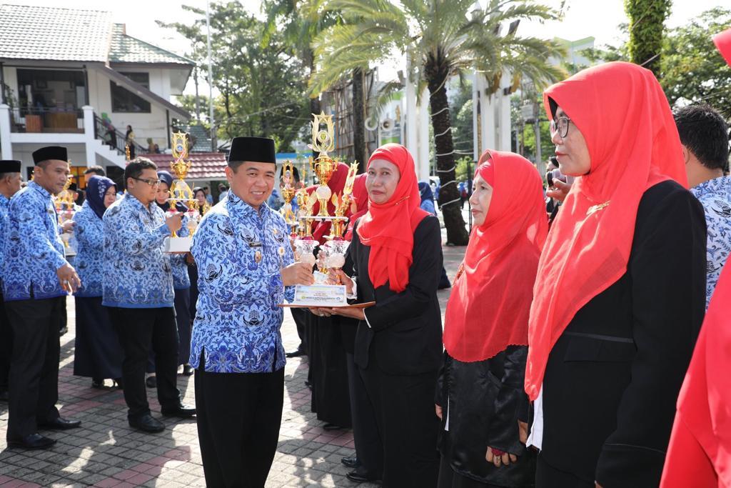 Ibnu Beri Penghargaan untuk 24 Pendidik di Banjarmasin