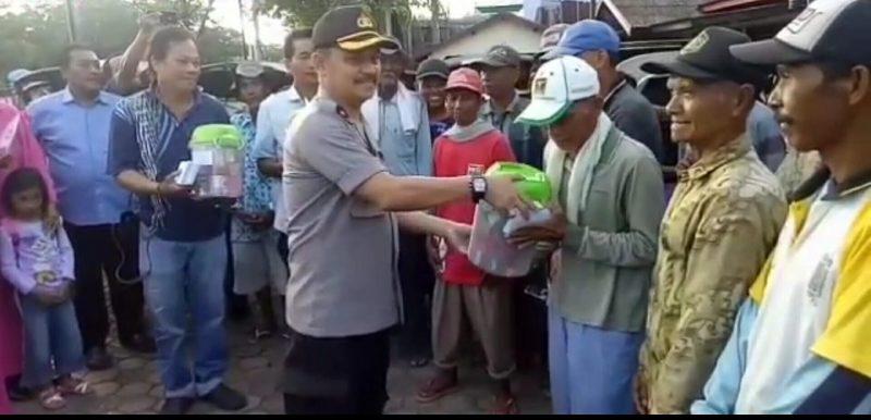 Senyum Kegembiraan Penarik Becak di Banjarmasin Dapat Sembako Plus Uang Dari Kapolsek Banjar Timur