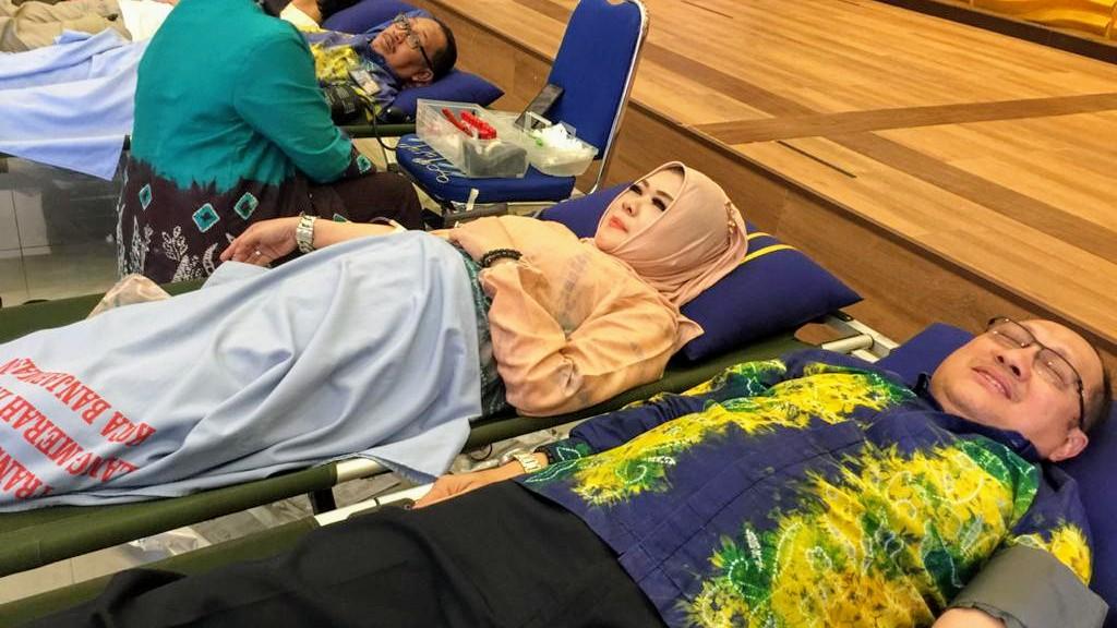 DIRUT PDAM dan Istri Donorkan Darahnya di HUT PDAM ke 47