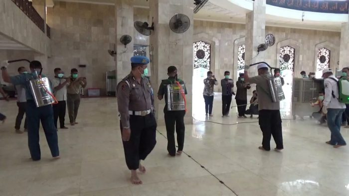 MASJID Raya Sabilal Muhtadin Banjarmasin Disemprot Disinfektan Antisipasi Covid-19