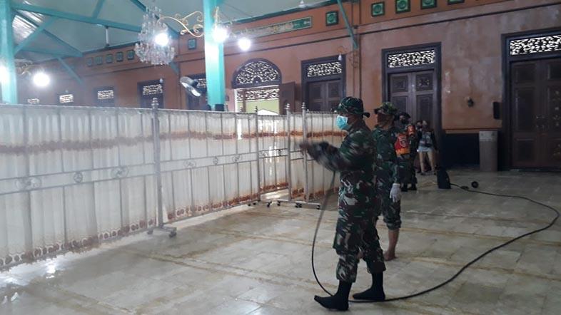 COVID-19 Mengintai, Giliran Masjid Jami Disemprot Disinfektan