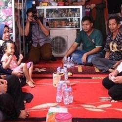 KEPALA BNPT Komjen Boy Rafli Amar Kunjungi Keluarga Korban Polsek Daha Selatan HSS