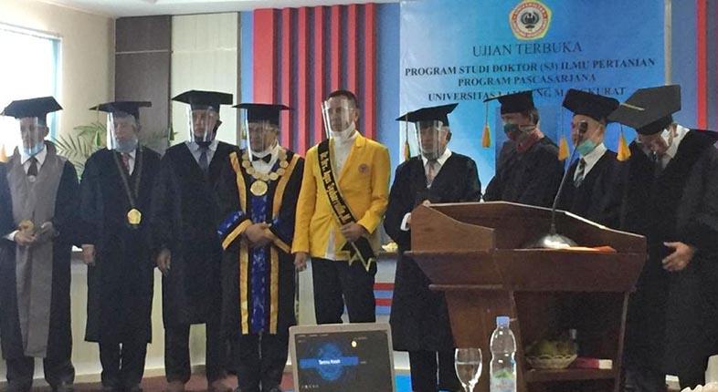 RAIH GELAR DOKTOR, Dirut Bank Kalsel Drs Agus Sabarrudin MSi