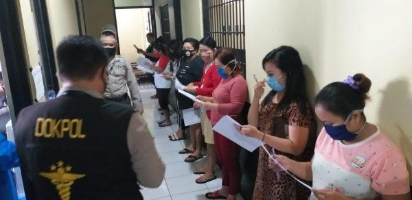 DISURUH BERDIRI Berjajar 50 Tersangka di Rutan Inilah Dilakukan Polisi