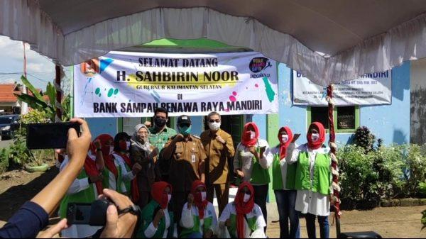 KELOMPOK Masyarakat di Banjarbaru Menjadi yang Terbaik, DLH Kalsel Serahkan Hadiah