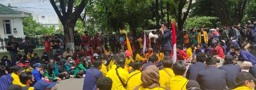 MAP Dibawa Mahasiswa yang Demo Depan DPRD Kalsel Sebagai Simbol Raport Merah