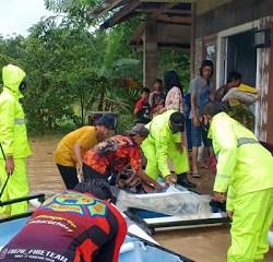 BANJIR – TANGGUL JEBOL, Pasukan Polres Bersama Relawan BPBD Dikerahkan Evakuasi Warga Tabalong