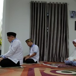 SHALAT Dhuha Dilakukan Ibnu Sina dan Keluarga Sebelum ke TPS