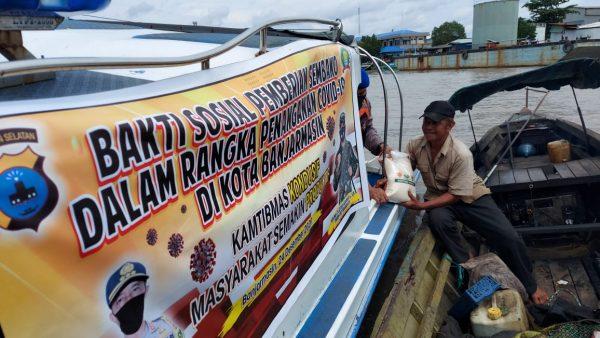 MASYARAKAT Tinggal di Pinggiran Sungai dan Berkativitas Diberi Polisi Sembako dan Masker